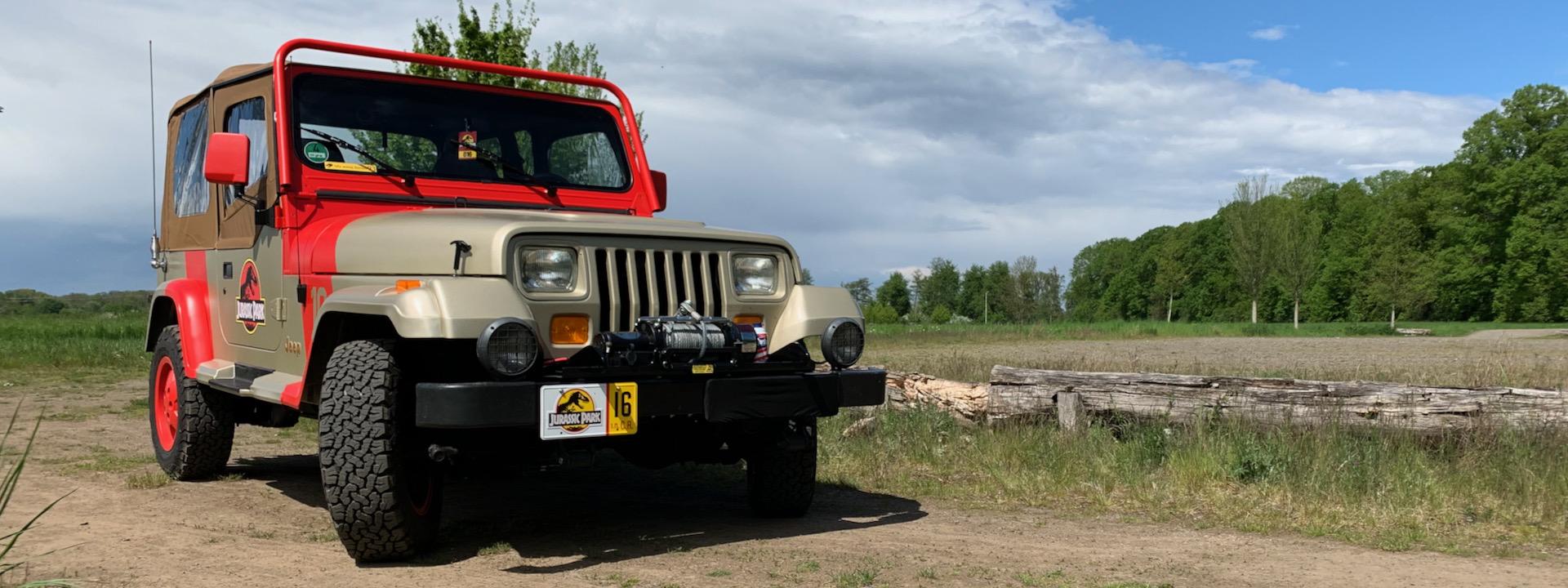 """Ein Jeep Wrangler Sahara in """"Jurassic Park""""-Optik im Naturparkzentrum Gymnicher Mühle in Erftstadt"""