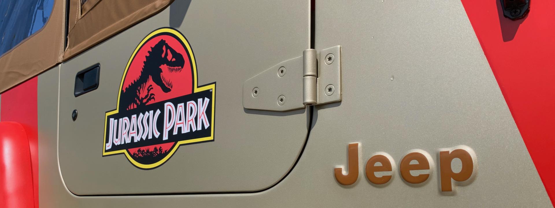 """""""Jurassic Park""""- und """"Jeep""""-Decals auf der Beifahrertüre und dem Seitenteil eines 1993er Jeep Wrangler Sahara"""